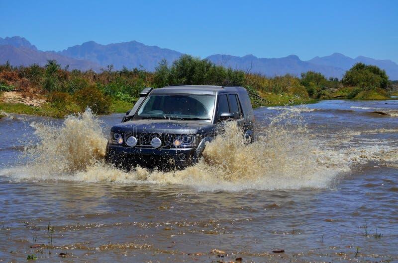 穿过河的4x4 SUV 图库摄影