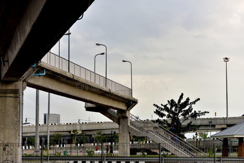 穿过的主要城市街道桥梁结构 免版税库存照片