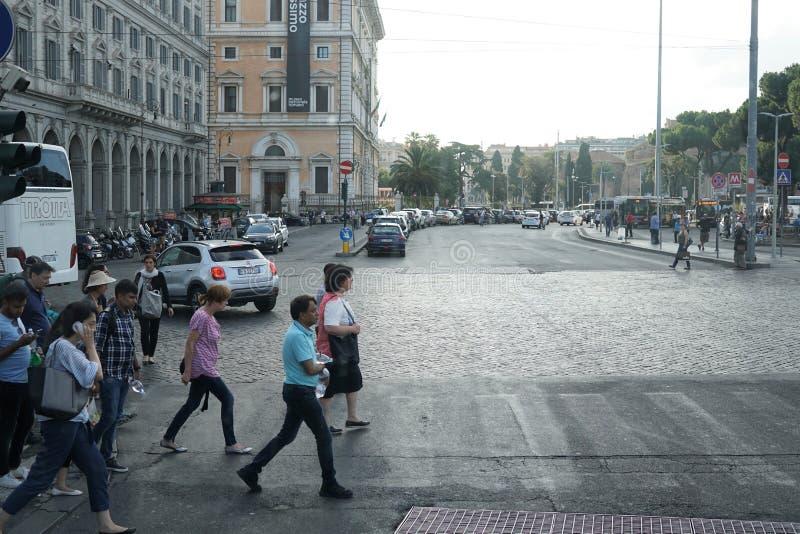 穿过街道的人们在罗马,意大利 库存照片