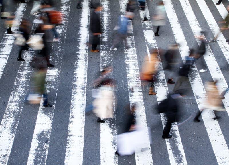 穿过街道的小组步行者 库存图片