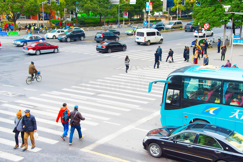 穿过路的人们 上海 免版税库存照片