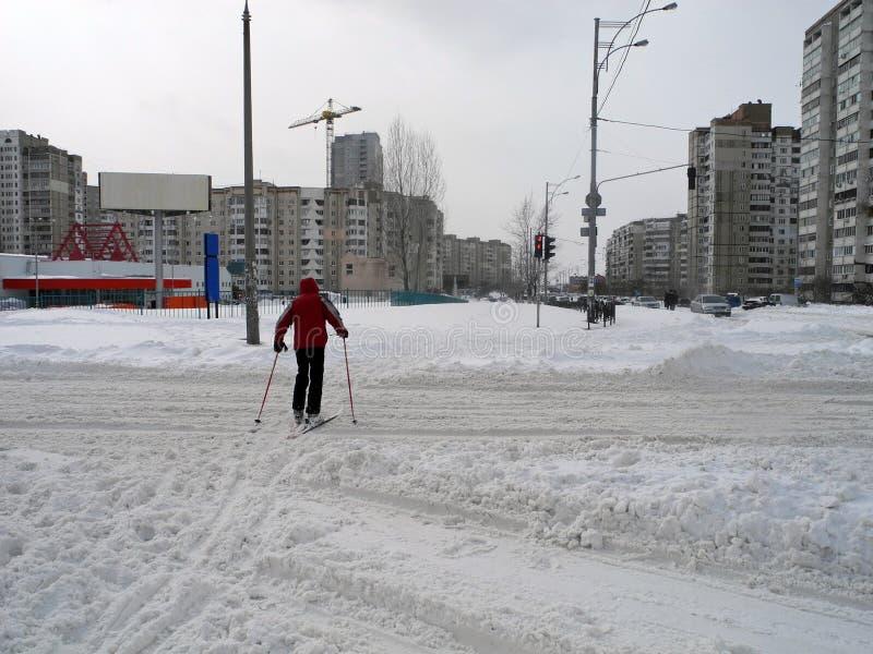 穿过路的滑雪者在城市 滑雪在镇基辅 免版税库存图片