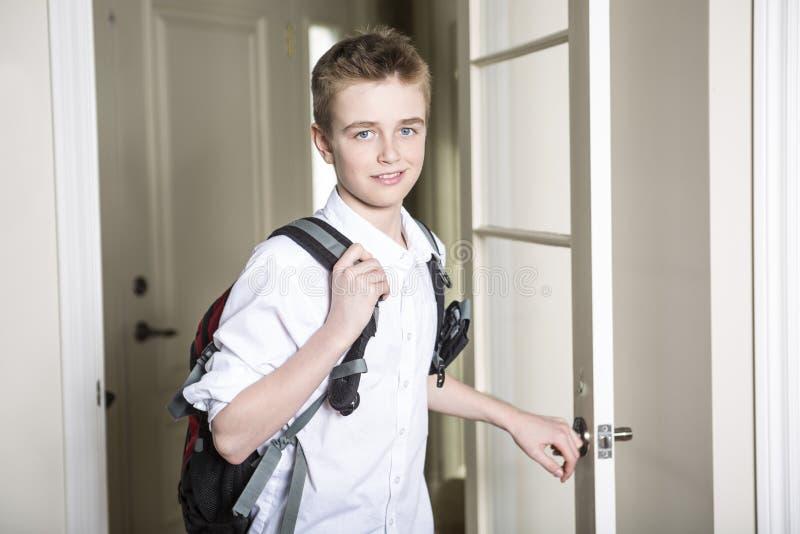 穿过门的青少年的以后的家 库存照片