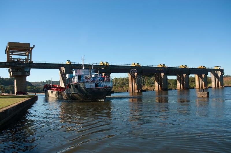 穿过Amarà ³ polis水坝的船 图库摄影