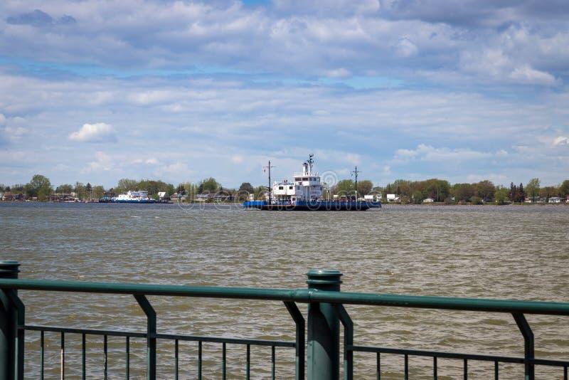 穿过StLawrence河的索雷尔特雷西渡轮 免版税图库摄影