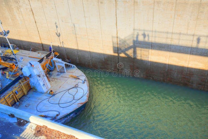 穿过Welland运河的船 免版税库存图片