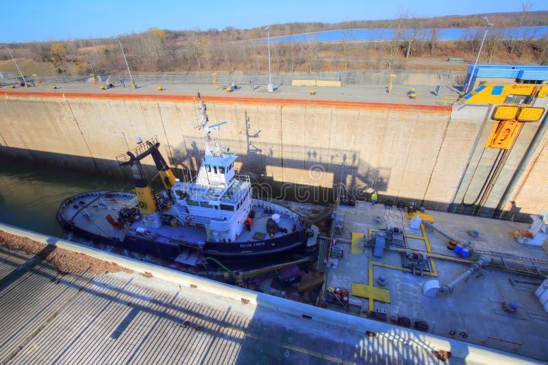 穿过Welland运河的船 库存图片