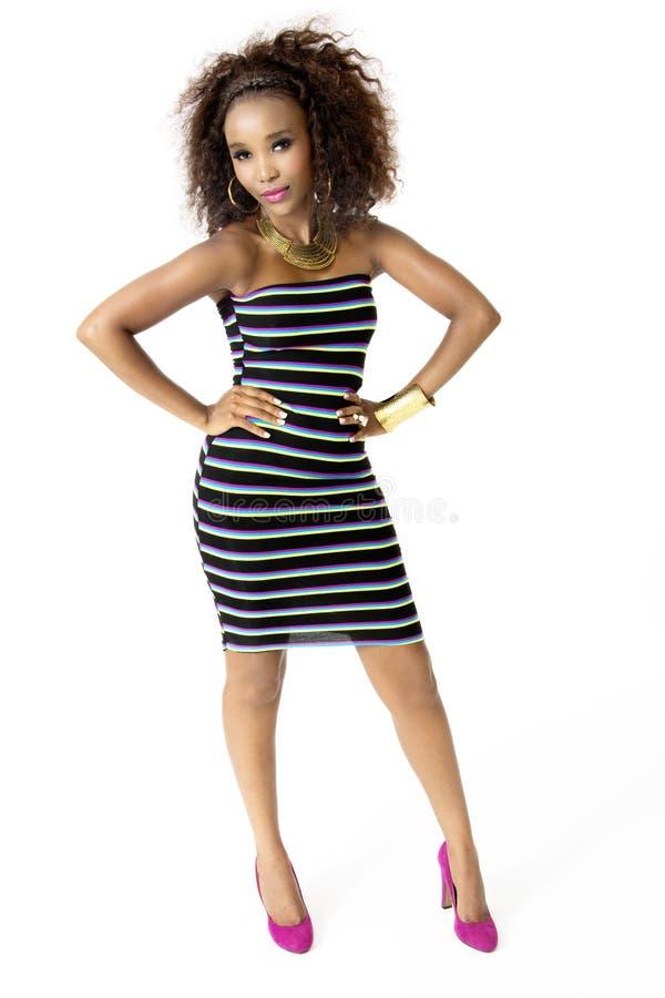 穿镶边的礼服,金首饰的非洲女性模型,全长 免版税库存图片