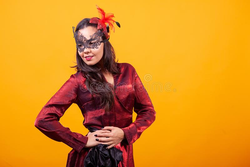 穿阿根廷红色礼服的美丽的年轻女人 图库摄影