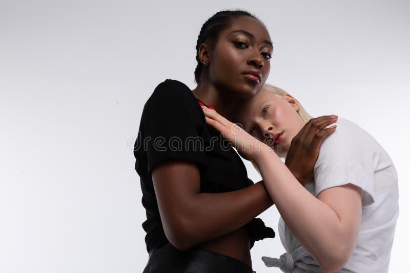 穿黑白T恤杉的模型要求尊敬变化 库存图片