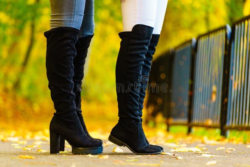 穿黑膝盖高的靴子的两名妇女 免版税图库摄影
