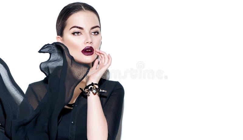 穿黑薄绸的礼服的秀丽性感的女孩 有黑暗的构成的时装模特儿妇女 库存照片