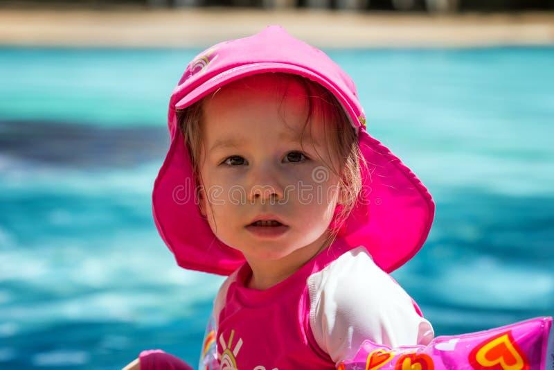 穿紫外保护泳装的小孩女孩 免版税库存图片