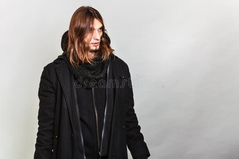穿黑外套的英俊的时尚人画象 免版税库存照片