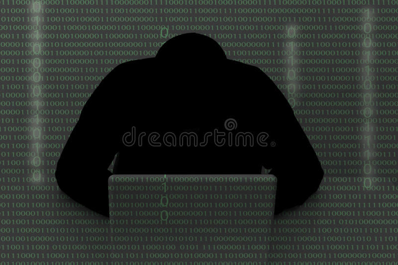 穿戴头巾上面的黑客使用在黑暗的便携式计算机 T 库存照片