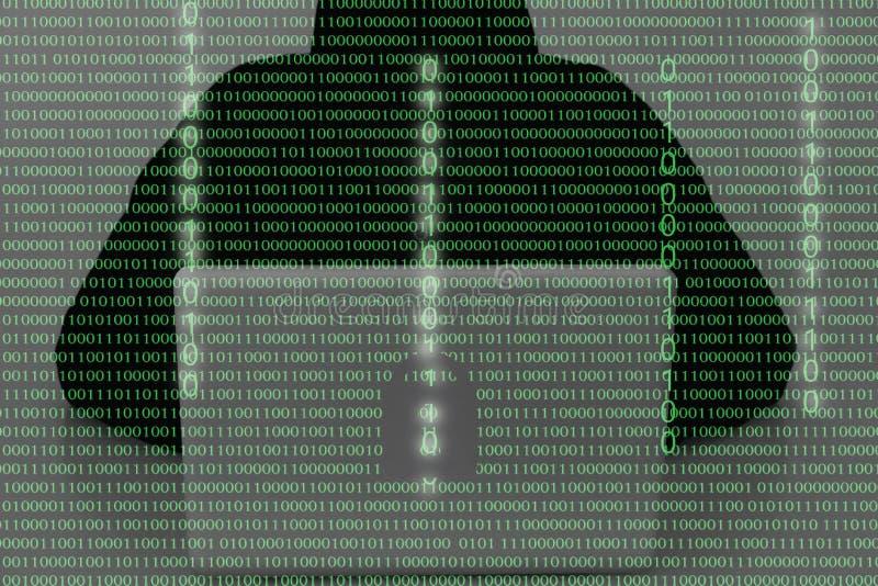 穿戴头巾上面的黑客使用在黑暗的便携式计算机 T 免版税库存照片