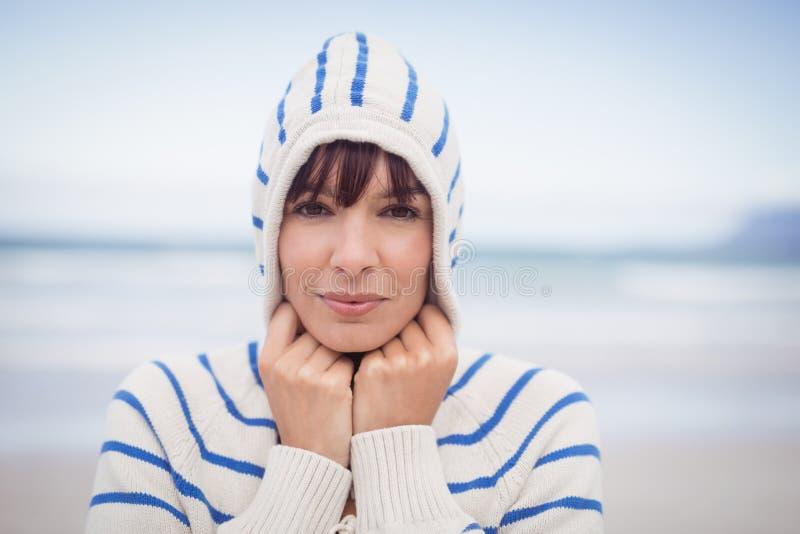 穿戴头巾毛线衣的妇女画象在冬天期间 免版税库存图片