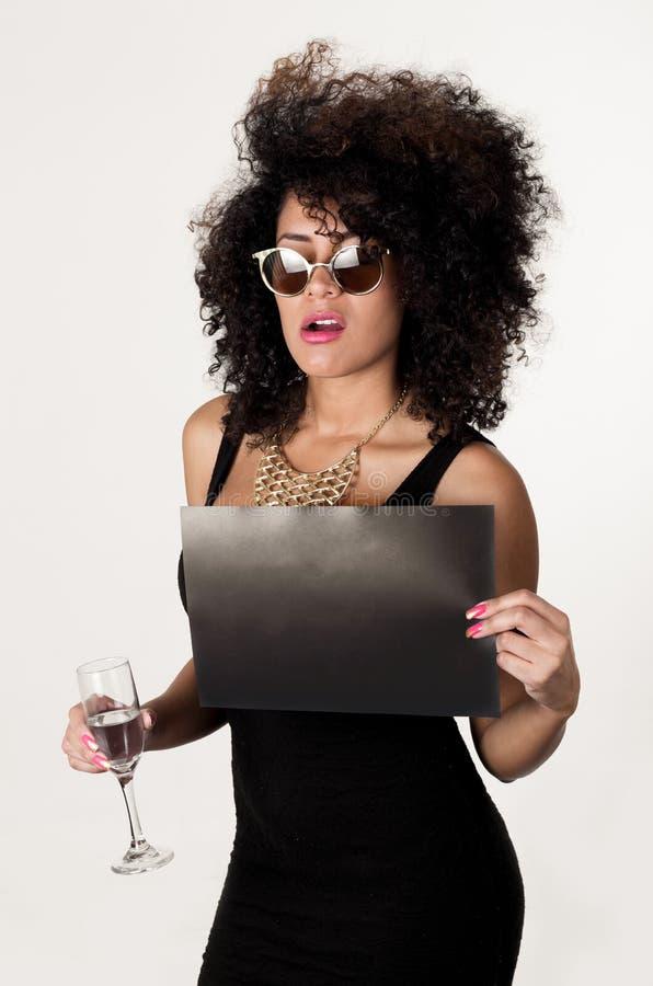 穿黑性感的礼服的西班牙模型和 免版税库存照片