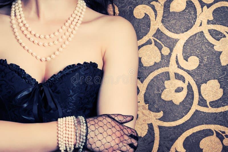 穿黑束腰的妇女 免版税图库摄影