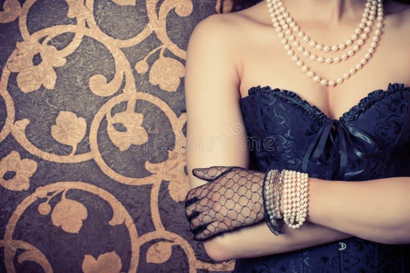 穿黑束腰的妇女 免版税库存照片