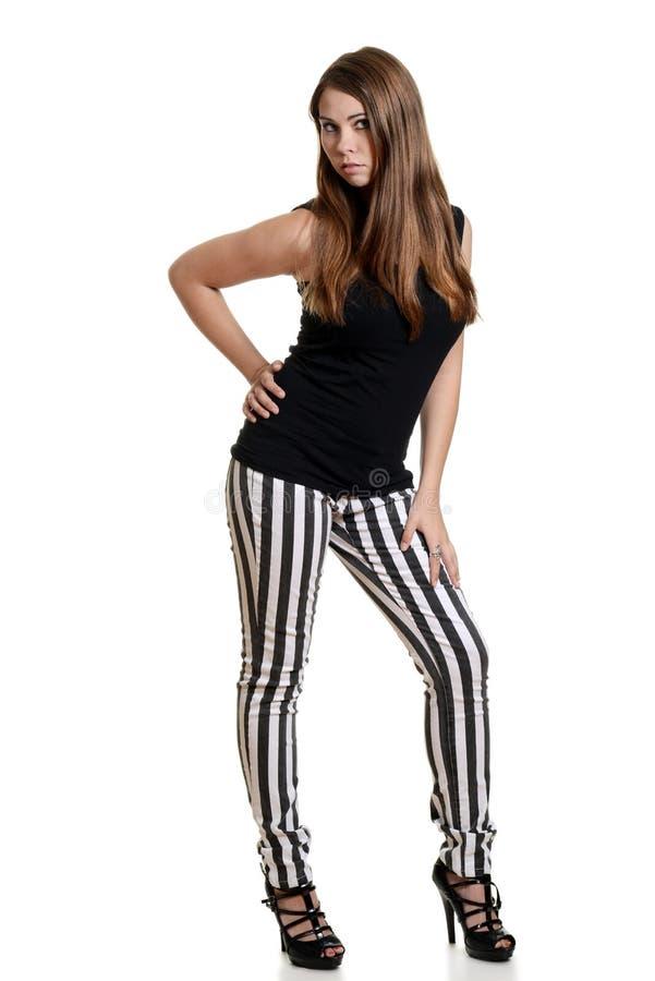 穿黑白色条纹裤子的青少年的女孩 免版税库存照片