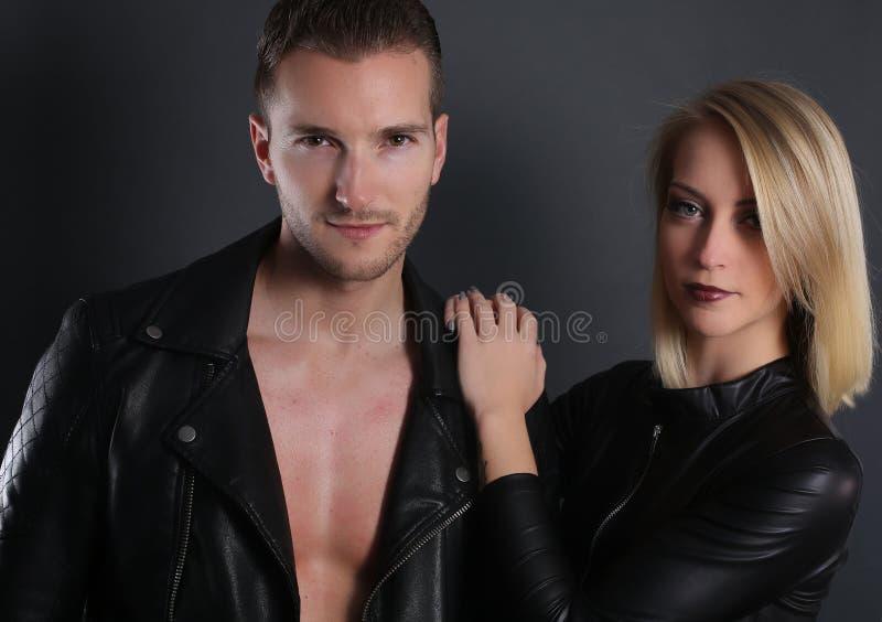 穿黑皮夹克的有吸引力的夫妇 免版税库存图片