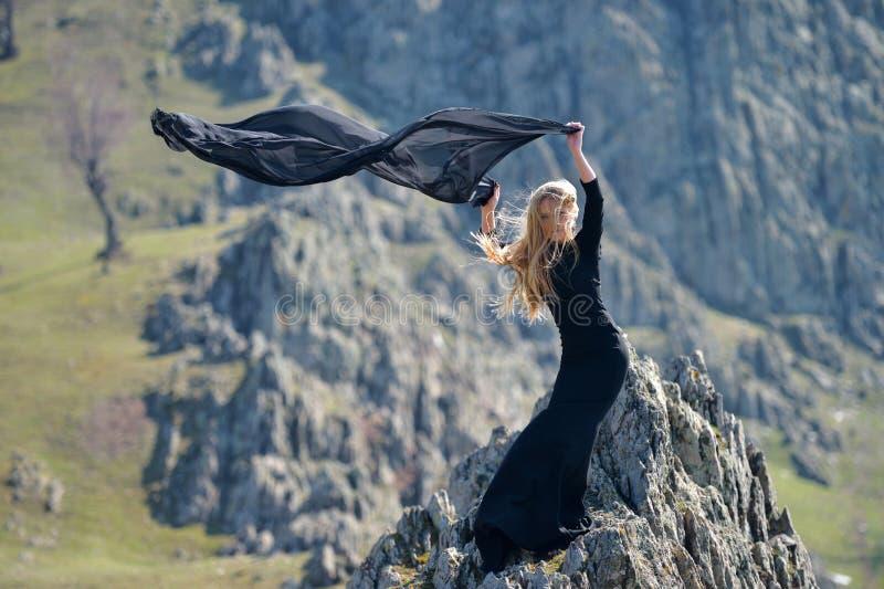穿黑礼服的Youn妇女室外 免版税库存图片