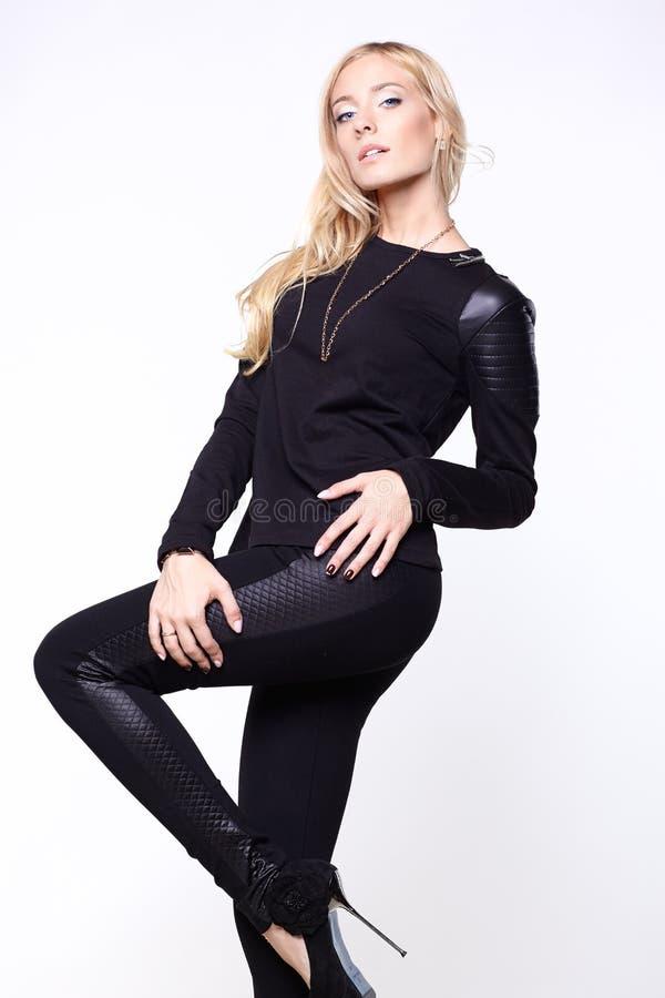 穿黑裤子、鞋子和毛线衣的妇女 库存图片