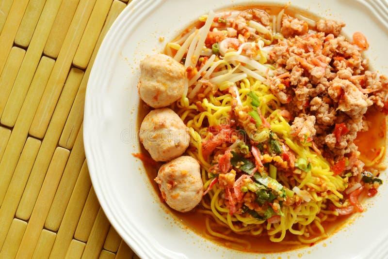 穿戴辣猪肉球用干虾汤的中国黄色面条 库存照片