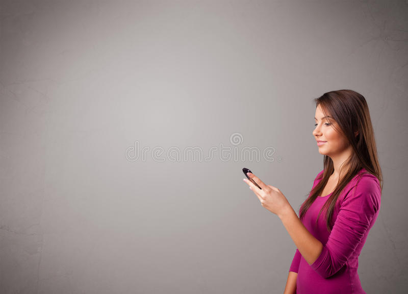 Download 突出和拿着有复制空间的小姐一个电话 库存照片. 图片 包括有 展示, 演示, 典雅, 日程表, 快乐, 女孩 - 62526514