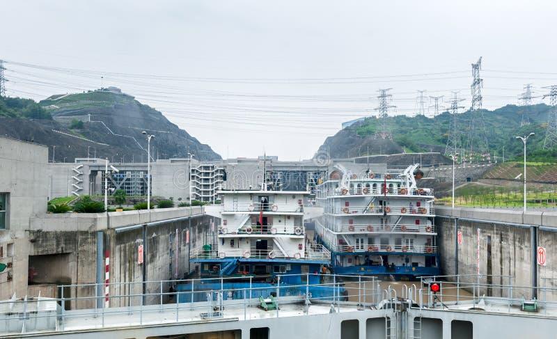 突出在三峡大坝附近的中国人船 免版税库存图片