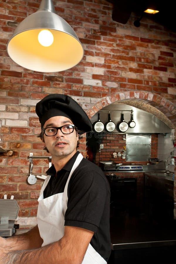 突出在厨房工作的薄饼主厨 库存照片