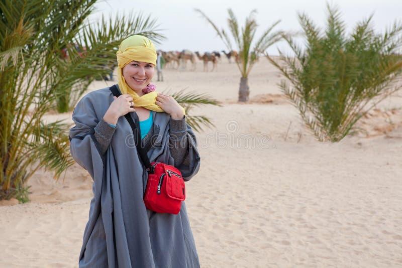 突出在沙漠的流浪的衣裳的女性 库存照片