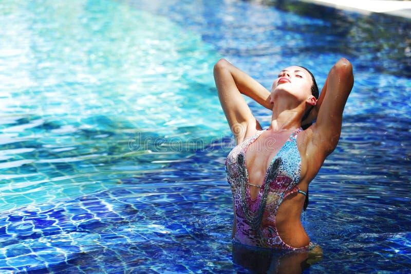 突出在游泳池的妇女 免版税库存照片