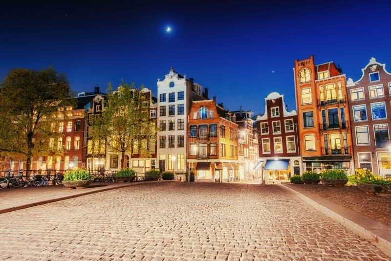 突出大厦和街道阿姆斯特丹,荷兰 库存图片