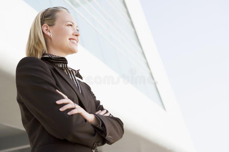 突出大厦的女实业家户外 免版税库存照片