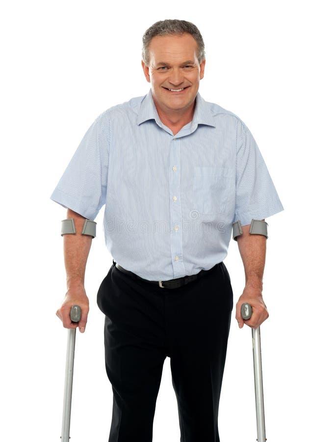 突出有拐杖技术支持的老人  库存照片