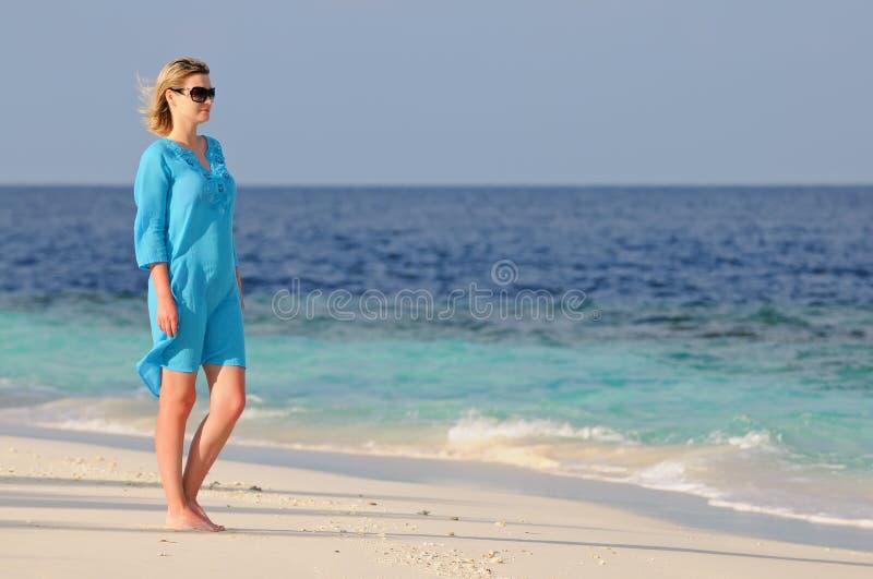 突出热带妇女年轻人的海滩 库存图片