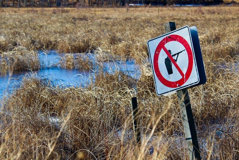 突然上升沿自然道路的没有射击标志 免版税图库摄影