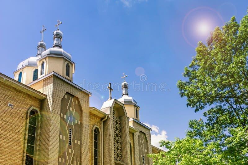 突然显现和美丽的天空的乌克兰希腊天主教徒教会与太阳强光 罗切斯特,美国 库存图片