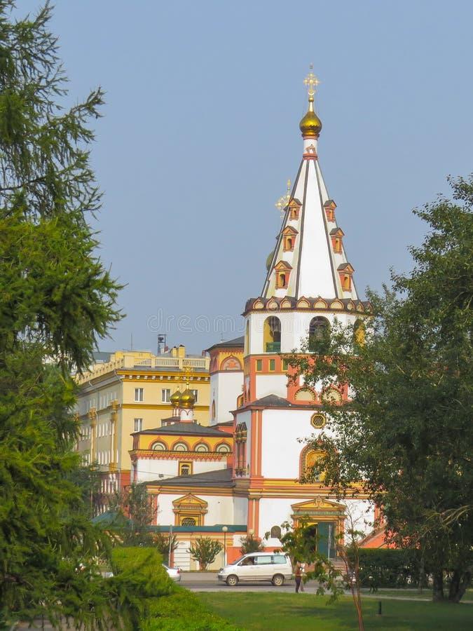 突然显现的正统大教堂的看法在一夏天好日子 库存照片