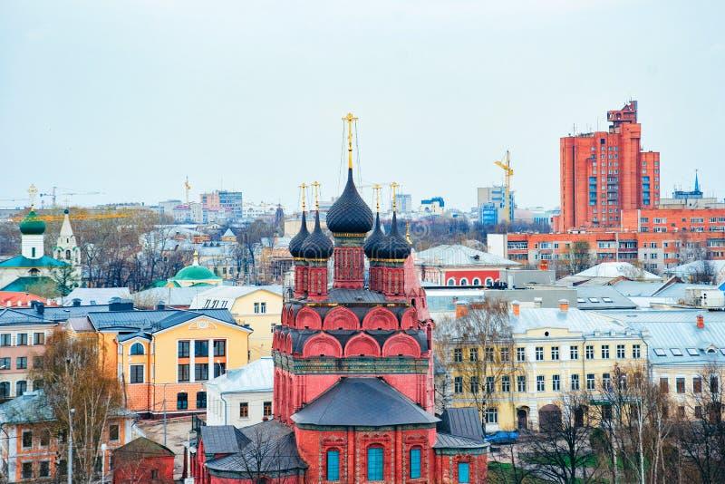 突然显现红教堂在雅洛斯拉夫尔俄罗斯 库存图片
