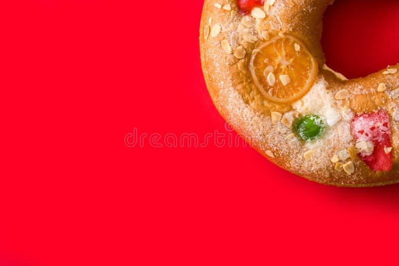 突然显现蛋糕'Roscon在红色背景的de雷耶斯的 免版税库存图片