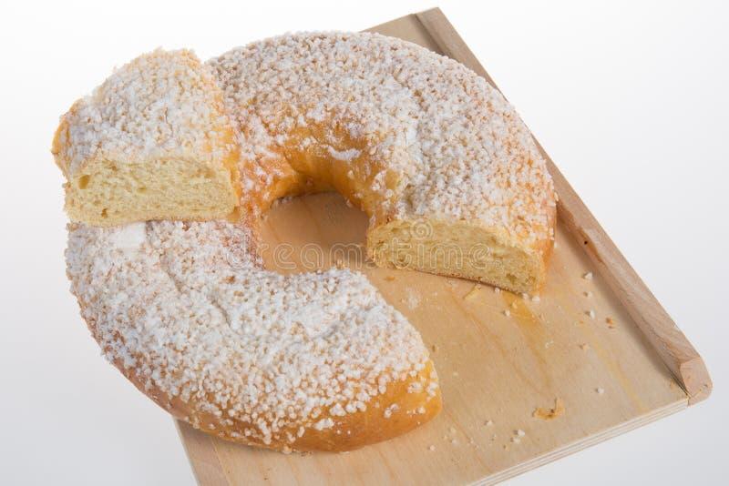 突然显现蛋糕Roscon de雷耶斯国王或罗什卡galette des罗伊斯 库存图片