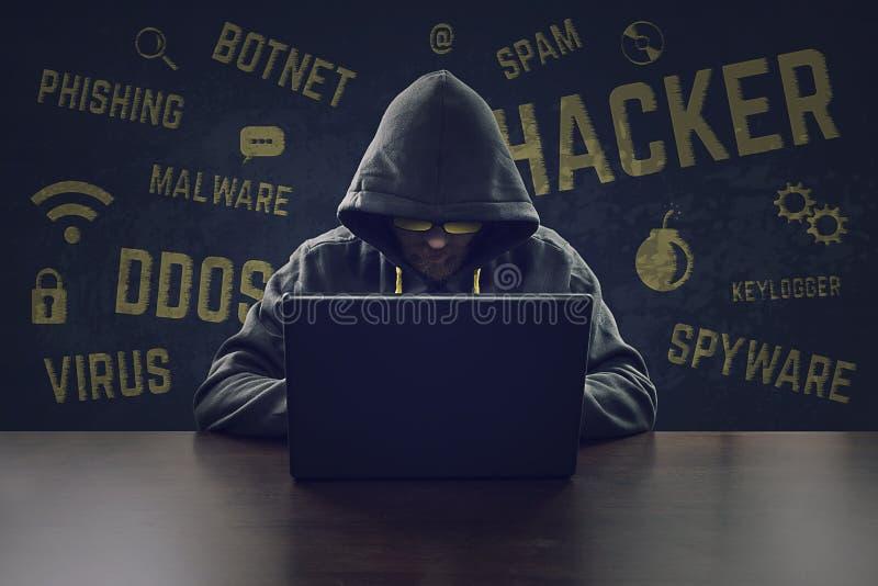 窃取与膝上型计算机的计算机黑客信息 免版税库存照片