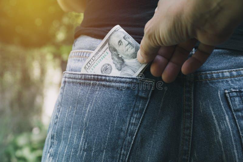 窃取从妇女的特写镜头窃贼的手的金钱 Thi 免版税库存图片