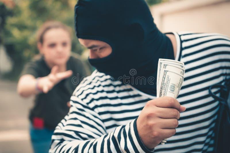 窃取从旅游妇女,强盗,窃贼co的街道窃贼金钱 免版税库存照片
