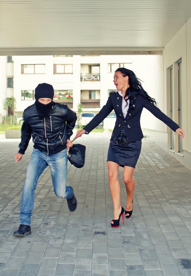 窃取妇女袋子的匪盗 库存图片