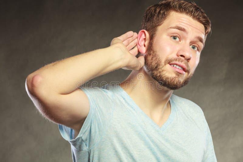 窃听用手的闲话人对耳朵 免版税库存照片