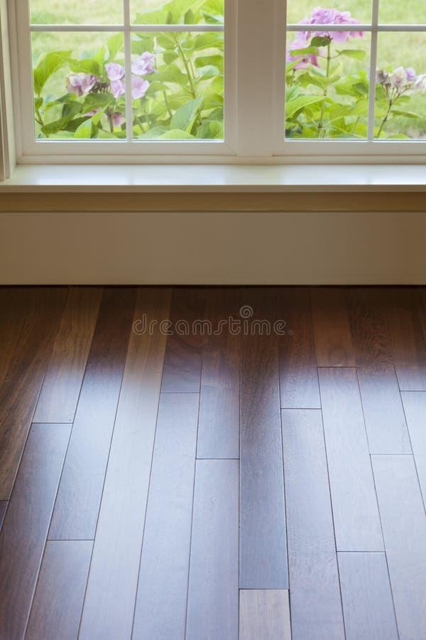 窗口光反射的发光在干净,优美的木地板在家 库存照片